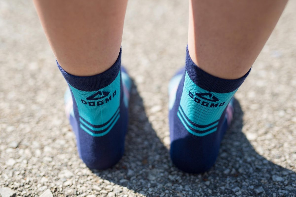 Back feet picture of dogma biking socks in blue