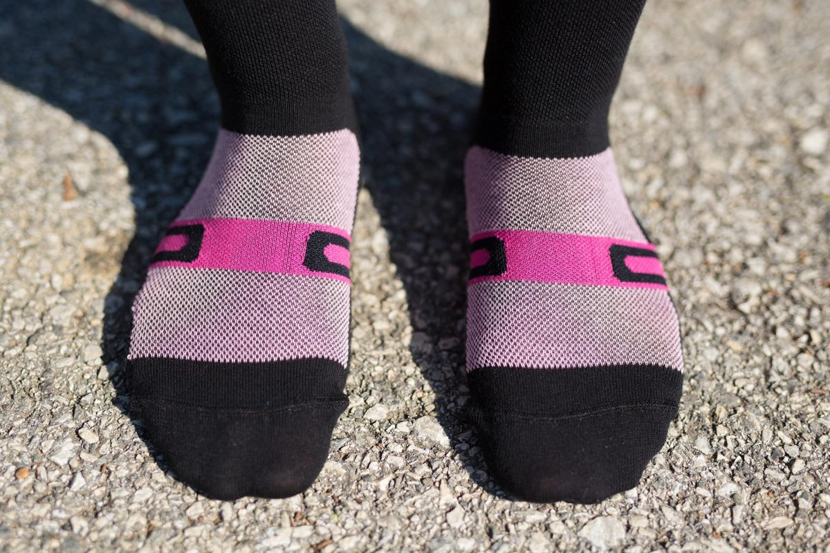 Front feet picture of dogma biking socks for women in velocity pink showing front feet structure