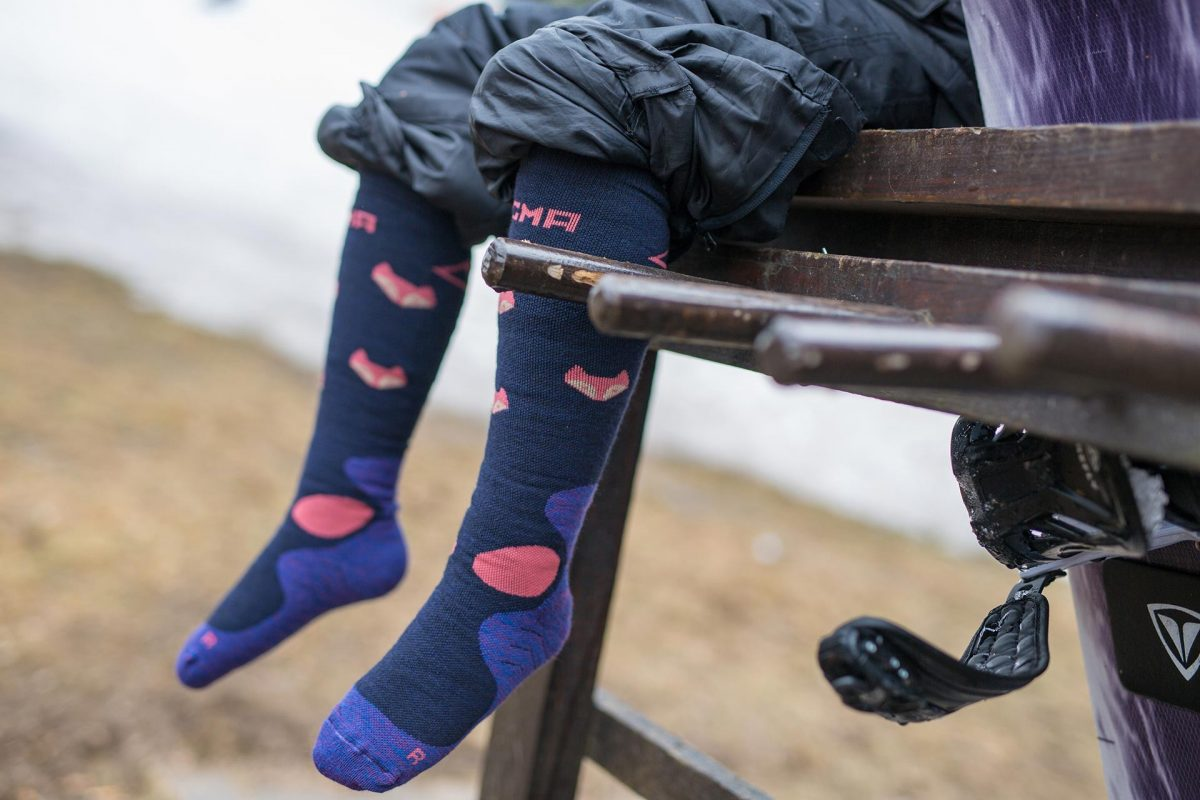 A picture of a girl wearing Dogma snow fox junior sock in blue