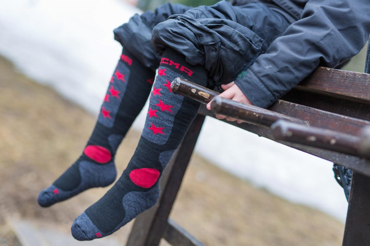 This picture is showing dogma socks junior snow fox for winter in grey with red stars design