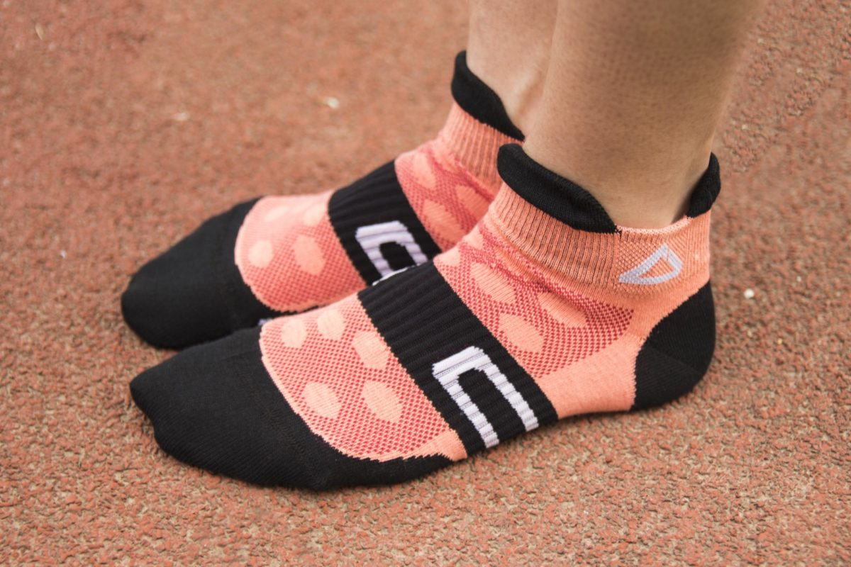 Low running socks in salmon color with mesh inserts for ventilation