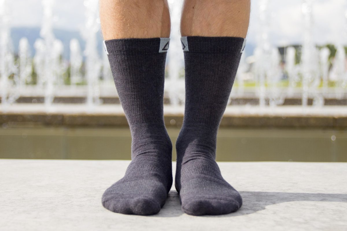 travel socks in black color with small logo detail