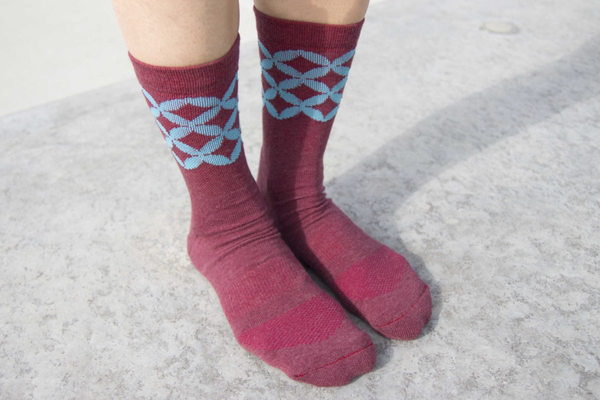 Travel socks in melange red with moroccan pattern in light blue
